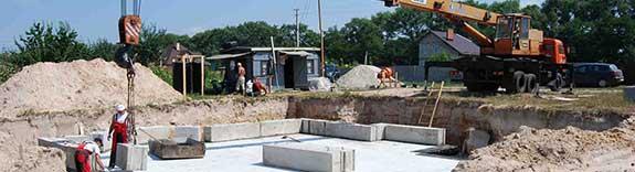 Монтаж фундаментных блоков ФБС, плит перекрытий, железобетонных колец, столбов, сруба, металлоконструкций, прогонов и др.